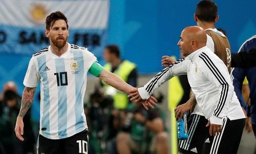 Sampaoli và Messi bị đồn không có quan hệ tốt sau hai trận đầu tại World Cup 2018. Ảnh: Reuters.