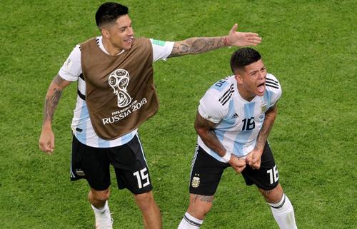 Marcos Rojo (phải) giúp Argentina không phải về nước sớm.