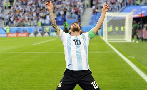 Messi ăn mừng bàn thắng mở tỷ số trong trận đấu với Argentina.