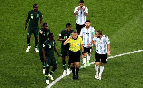 Trọng tài Cakir (áo vàng) đã tham khảo VAR nhưng vẫn không cho Nigeria hưởng phạt đền. Ảnh: AP.