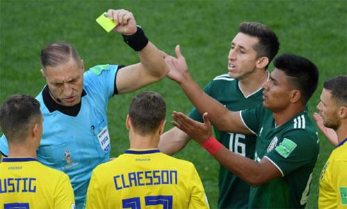 Mexico sẵn sàng phạm lỗi với Thụy Điển nhưng không tránh được thất bại 0-3. Ảnh: Reuters