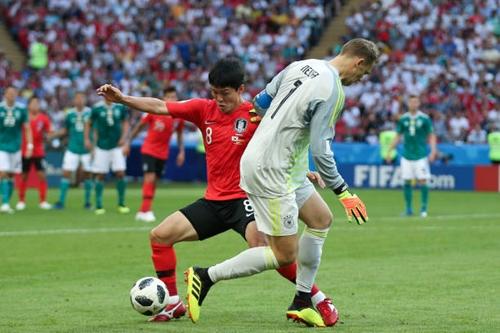 Tình huống để mất bóng ở giữa sân của Neuer. Ảnh: Reuters.