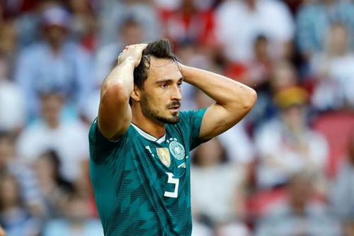 Hummels thất vọng vì màn trình diễn của đội tuyển Đức. Ảnh: Reuters.