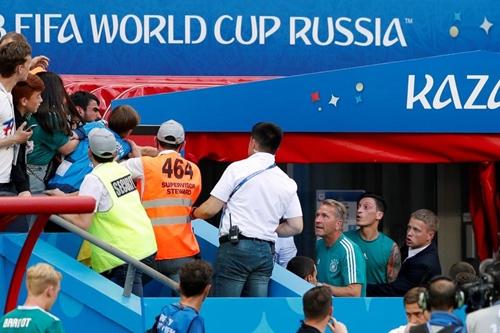 Ozil to tiếng với CĐV Đức. Ảnh: Reuters.