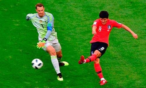 Pha để mất bóng của Neuer dẫn đến bàn thua thứ hai của đội nhà. Ảnh: Luis Acosta.