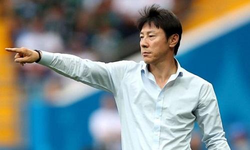 ÔngShin Tae-yong có cảm xúc lẫn lộn sau chiến thắng của đội nhà. Ảnh: AP.
