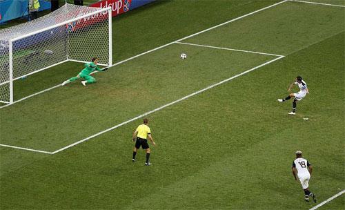 Ruiz dứt điểm trước khi bóng chạm xà văng xuống đầu thủ môn Sommer tạo ra tình huống phản lưới.