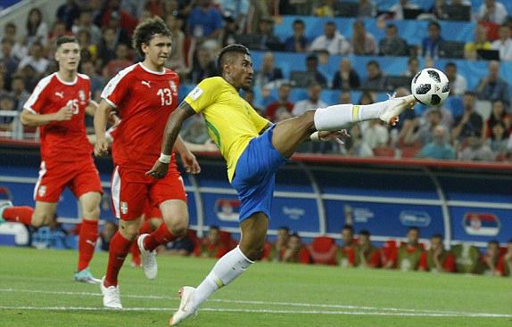 Pha chạm bóng nhạy cảm của Paulinho. Ảnh: AP.
