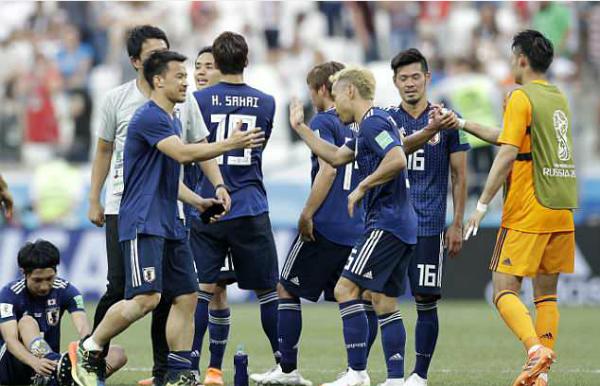 Các cầu thủ Nhật Bản chúc mừng nhau. Ảnh: AP.