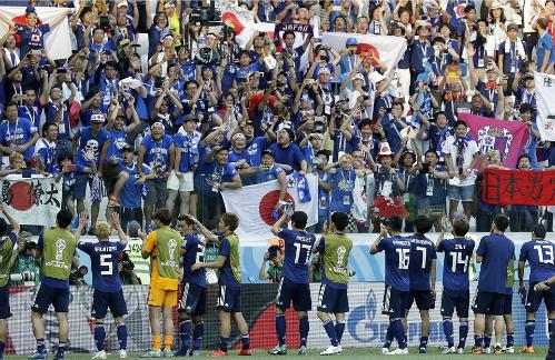 CĐV Nhật Bản chia vui cùng cầu thủ sau trận thua Ba Lan. Ảnh: AP.