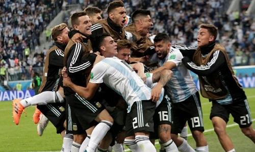 Argentina chỉ còn cách ngưỡng cửa của việc bị loại khỏi World Cup năm phút trước khi Marcos Rojo ghi bàn. Ảnh: Reuters.