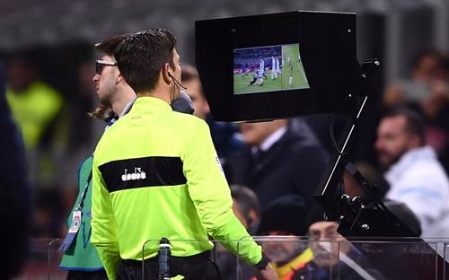 Công nghệ VAR được sử dụng trong toàn bộ 64 trận đấu của World Cup 2018. Ảnh: Reuters.