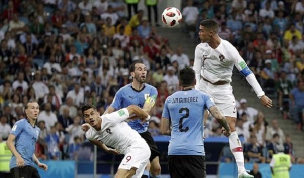 Ronaldo bất lực trước hàng phòng ngự kín kẽ của Uruguay. Ảnh: AP.