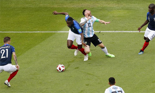 Matuidi (giữa) phạm lỗi với Messi dẫn đến việc phải nhận thẻ. Ảnh: Reuters