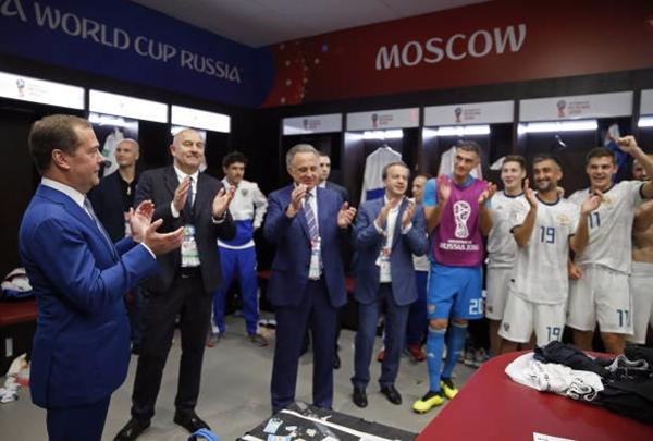 Thủ tướng Nga, Medvedev chúc mừng đội tuyển Nga. Ảnh: RT.