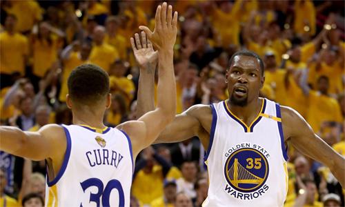 Durant (phải) ở lại, khiến Warriors tiếp tục là đội mạnh nhất tại NBA trong hai mùa tới. Ảnh: AP.