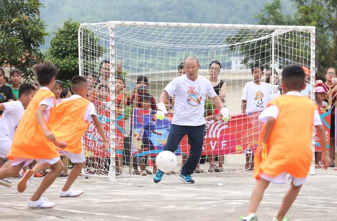 HLV Park Hang-seo chơi bóng cùng trẻ em vùng cao Hà Giang