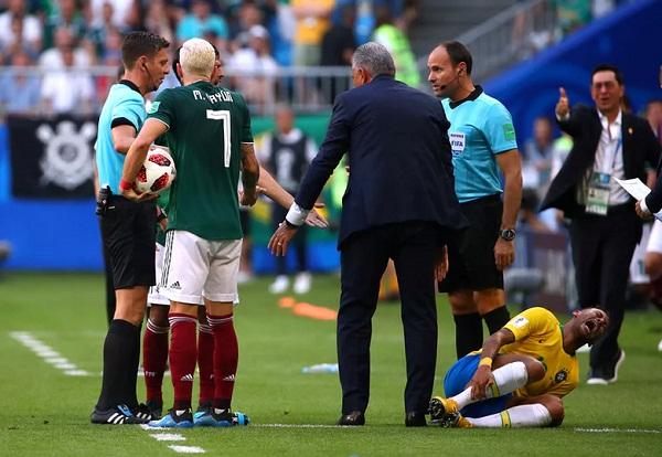 Neymar gây tranh cãi với tình huống nằm sân tỏ vẻ đau đớn dù pha va chạm không quá nghiêm trọng. Ảnh: Reuters.