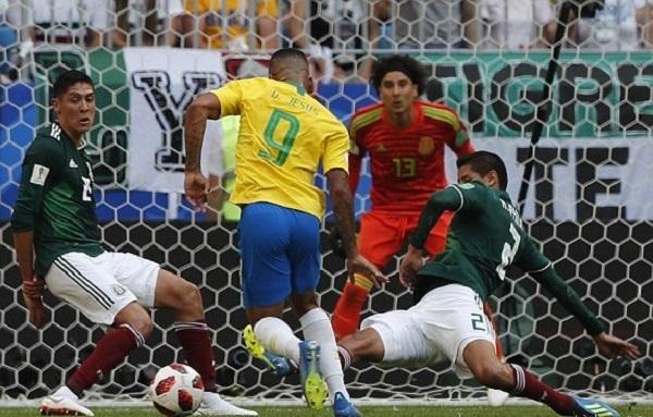 Ochoa có một trận đấu hay nhưng không thể giúp đội nhà tránh khỏi thất bại. Ảnh: Reuters.