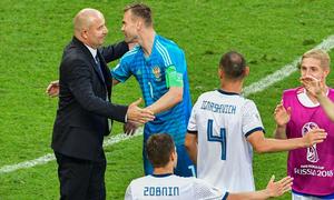 HLV Nga: 'Tôi phải thuyết phục các cầu thủ chơi phòng ngự'