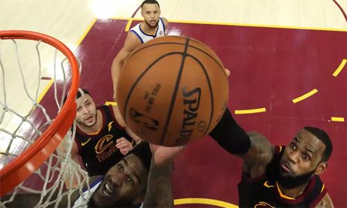 Một mình James là không đủ để vực dậy cả tập thể Cavaliers khi đội này thua Warriors ở chung kết tổng NBA mùa vừa qua. Ảnh Independent.