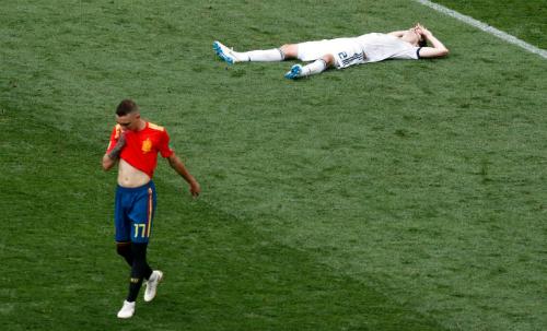 Tây Ban Nha dành phần lớn thời gian trận đấu để chuyền quanh quẩn giữa sân. Ảnh: AP.