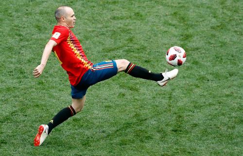 Iniesta và một sốđồng đội không còn cơ hội đăng quang World Cup lần thứ hai. Ảnh: AP.