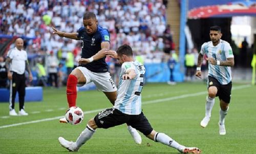 Mbappe xé nát hàng thủ Argentina nhờ tốc độ. Ảnh: Reuters.