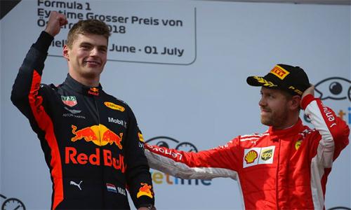 Verstappen (trái)về nhất nhờ tận dụng triệt để việc các đối thủ gặp trục trặc.
