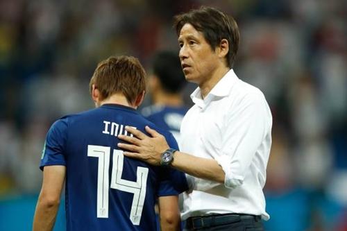 Ông Nishino tới động viên học trò sau trận thua Bỉ. Ảnh: AP.