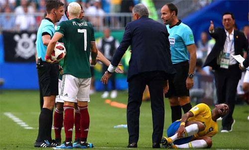 Neymar kêu thảm sau khi bị Layun dẫm lên chân. Ảnh: Reuters