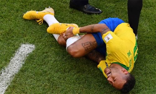 Neymar khiến CĐV không khỏi lo lắng khi ôm chân kêu đau. Ảnh: Reuters