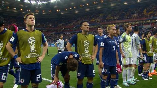 Cầu thủ Nhật tri ân CĐV sau trận thua Bỉ. Ảnh: Twitter/OMDItsme.