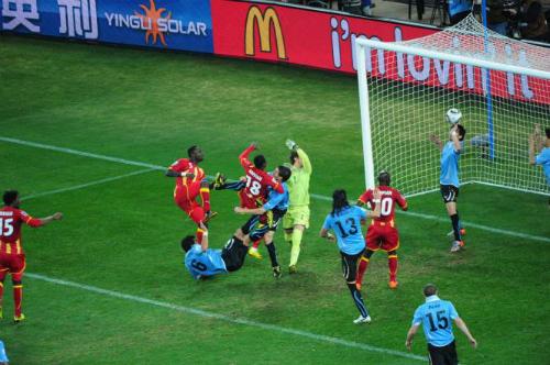 Suarez dùng tay chơi bóng trong vòng cấm. Ảnh: Reuters.