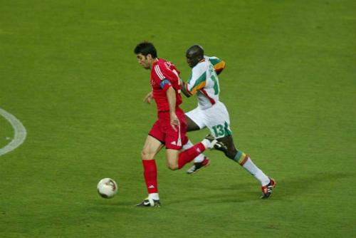 Thổ Nhĩ Kì (áo đỏ) hạ Senegal, sau đóđoạt hạng ba World Cup 2002. Ảnh: Reuters.