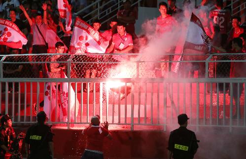 Cổ động viên Hải Phòng luôn đốt pháo sáng mỗi khi đội nhà thi đấu ở sân nhà hay sân khách. Ảnh: Đức Đồng.