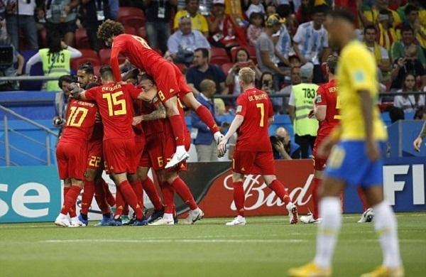 Cầu thủ Bỉ chia vui cùng nhau sau bàn mở tỷ số nhờ may mắn. Ảnh: AP.