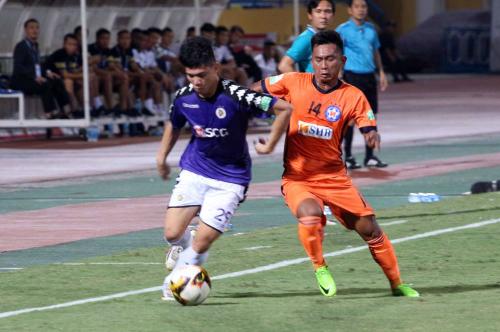 Viết Thắng (cam) thi đấu nỗ lực nhưng không thể giúp đội cựu vô địch tránh được thất bại trước Hà Nội.