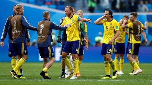 Cầu thủ Thụy Điển đã chạy khỏi khách sạn vì báo động cháy sáng 7/7. Ảnh: AP.
