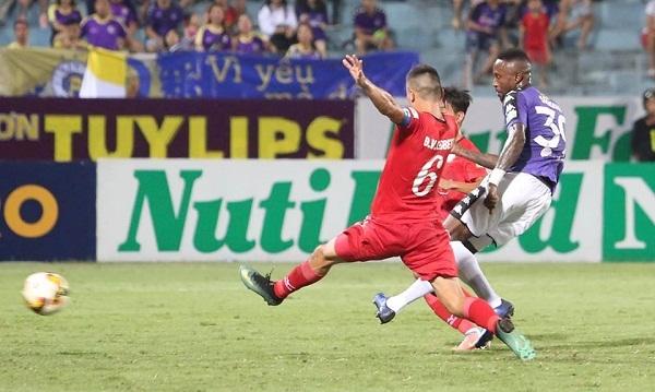 Pha lập công thứ 100 của Samson tại V-League giúp Hà Nội nâng tỷ số lên 3-0. Ảnh: Ngọc Thành.