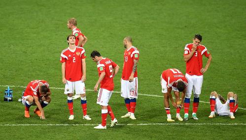 Cầu thủ Nga suy sụp khi thi trên loạt đá luân lưu ở tứ kết. Ảnh: FIFA.