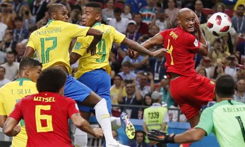 Fernandinho (số 17) phản lưới khiến Brazil chịu bàn thua đầu. Ảnh: Reuters