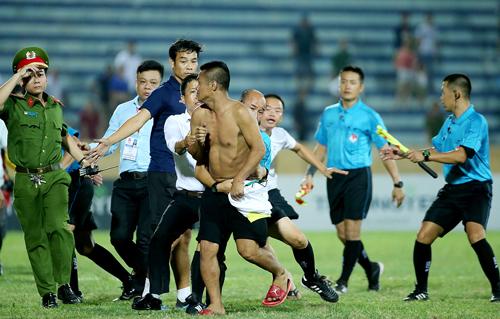 CĐV Nam Định xuống sân đuổi đánh trọng tài. Ảnh: Minh Hoàng
