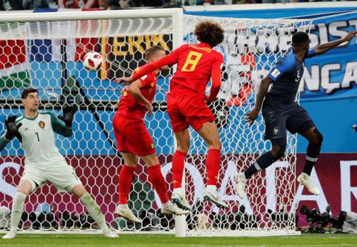 Umtiti đánh đầu tung lưới Courtois, giúp Pháp hạ Bỉ, vào chung kết World Cup 2018.