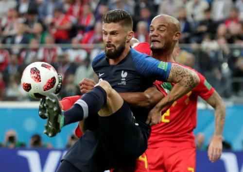 Giroud khiến Kompany có trận đấu vất vả. Ảnh: Reuters.