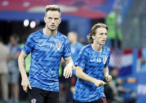 Rakitic và Modric trong màu áo đội tuyển Croatia. Ảnh: AP.