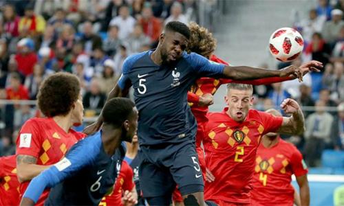 Umtiti (số 5) đánh đầu tung lưới Courtois, giúp Pháp hạ Bỉ, vào chung kết World Cup 2018.