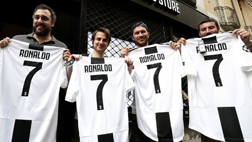 Một nhóm CĐV Juventus hân hoan chào đón Ronaldo. Ảnh: RT.