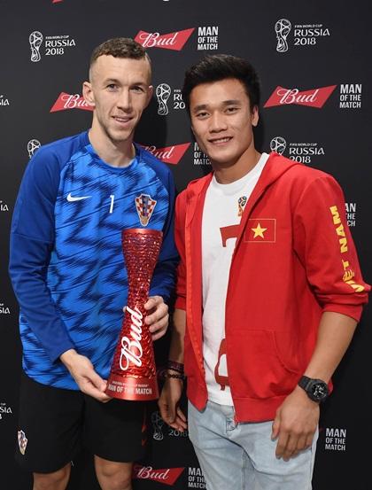 Thủ thành U23 Việt Nam cho biết hào hứng và vinh dự khi tận tay trao thưởng cho Ivan Perisic - một trong những cầu thủ xuất sắc của FIFA World Cup năm nay.