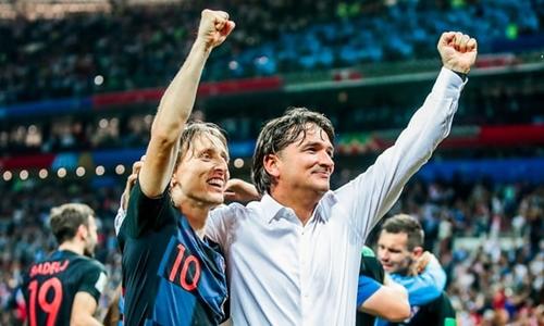 Modric (trái) mừng chiến thắng cùng HLV Dalic. Ảnh: Reuters.
